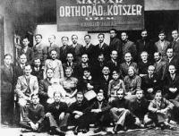 Korabeli kötszerész csoportkép