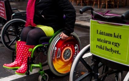 Kerekesszékkel a tilosban parkolók ellen gerilla akció